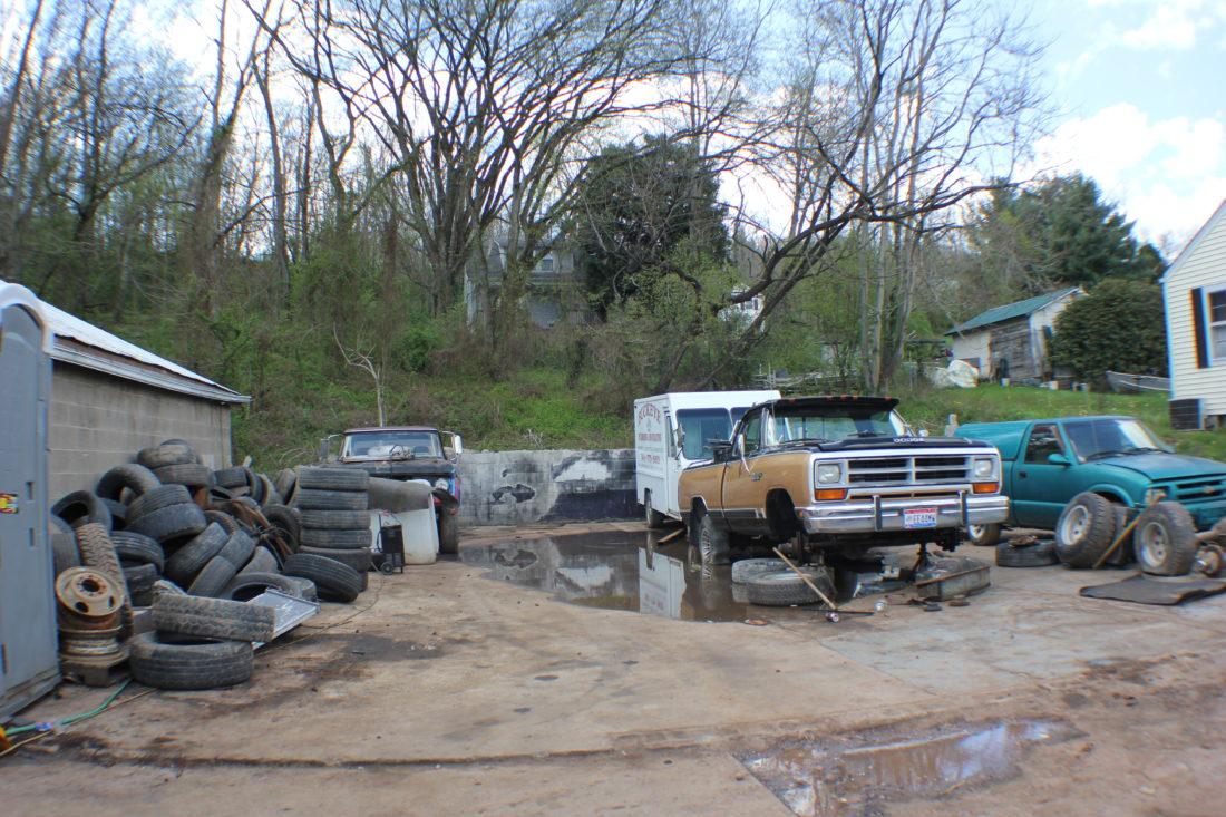 Garage complaints: Neighbors upset over junk car operation on Greene ...