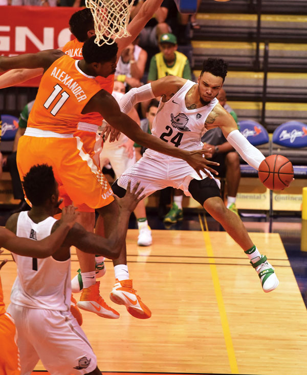 Oregon's Dillon Brooks attempts a pass to Jordan Bell as Tennessee's Kyle Alexander defends in the second half of the Ducks' 69-65 overtime victory over the Volunteers on Tuesday. The Maui News / MATTHEW THAYER photo