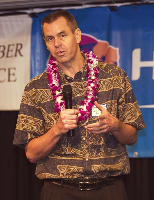 Peter Ingram, executive vice president and chief commercial officer of Hawaiian Airlines, speaks during a luncheon Tuesday hosted by the Maui Chamber of Commerce at the Maui Beach Hotel. The Maui News / CHRIS SUGIDONO photo
