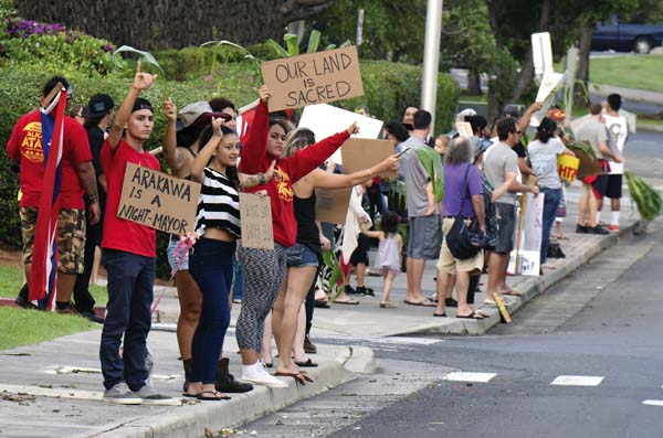 Protesters wave signs at the Maui Arts & Cultural Center entrance before Mayor Alan Arakawa's State of the County address Thursday. The Maui News / MATTHEW THAYER photo