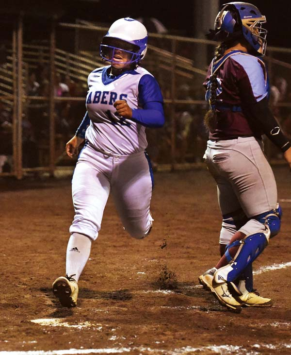 Kaimi Fuentes of Maui High scores in the third inning. The Maui News / MATTHEW THAYER photo
