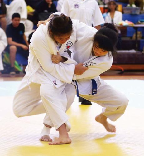 King Kekaulike High School's Alyssa Fusato, shown taking on Kamehameha Maui's Ashlee Palimoo, finished first in every Maui Interscholastic League tournament this year. -- The Maui News / CHRIS SUGIDONO photo
