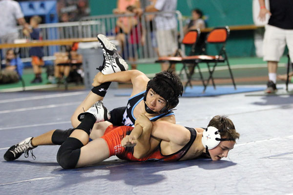 Cael Yasutake heads to a 10-0 technical fall victory over Oregon's Benjamin Rintoul. JASON HAYASE photo