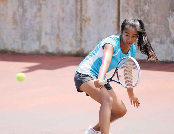 Nikki Fernando hits a return during her 6-4, 6-0 victory over Cosette Wu on Monday at Wells Park in the Wai­luku Labor Day Junior Open girls 18 final. Fernando, 13, won all three of her matches at the event, dropping a total of just six games. MANNY FERNANDO photo