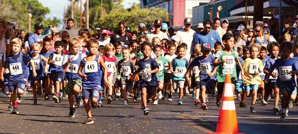 Competitors in the Run Forrest Run Front Street Mile boys 6-and-under race take off from the starting line Saturday in Lahaina — Tristan Richard (bib No. 445) won in 7 minutes, 28 seconds. -- The Maui News / CHRIS SUGIDONO photo