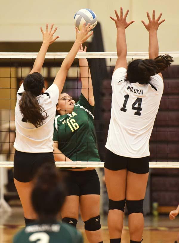 Hana's Shya Roback tries to get a third-set shot past Molokai's Taye Mowat (left) and Lorralynn-Shai Rawlins. The Maui News / MATTHEW THAYER photo