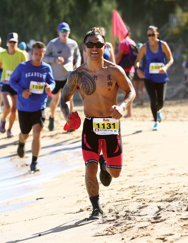 Ty Kashiwamura runs along D.T. Fleming Beach in the Hula Grill 5K. -- The Maui News / CHRIS SUGIDONO photo