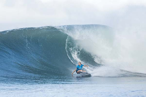 Bronte Macaulay rides a wave during her semifinal loss to Manuel. -- World Surf League / KELLY CESTARI photo