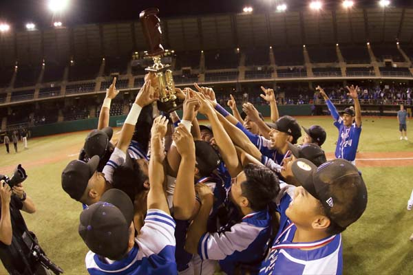 The Maui High School baseball team celebrates its state championship. -- @AndrewLeeHI / ANDREW LEE photo