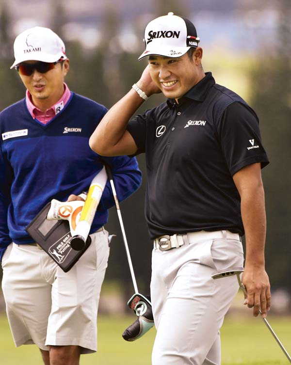 Hideki Matsuyama, who is ranked fifth in the world, works on his putting with caddie Daisuke Shindo.