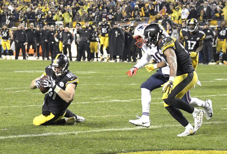 Pittsburgh Steelers tight end Jesse James apparently scores the game-winning touchdown with 28 seconds remaining, but it was ruled incomplete on replay and New England won 27-24 Sunday. (AP photo)