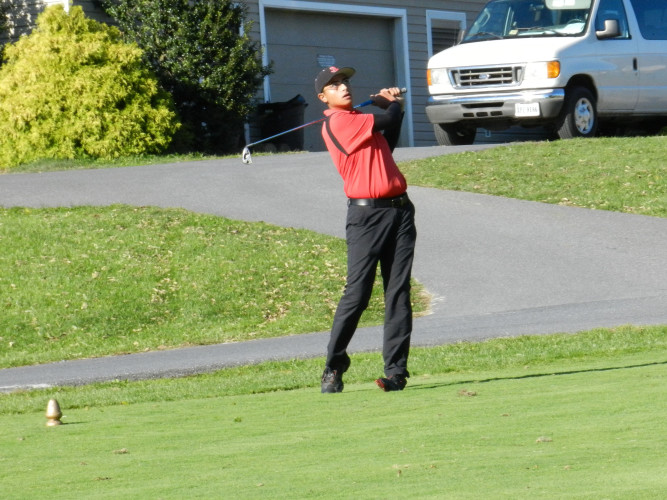 Stonewall Jackson's Yash Desai watches his tee shot on the third hole Monday during the Group 1A state golf tournament. Desai shot a 98. Tommy Keeler Jr./Daily