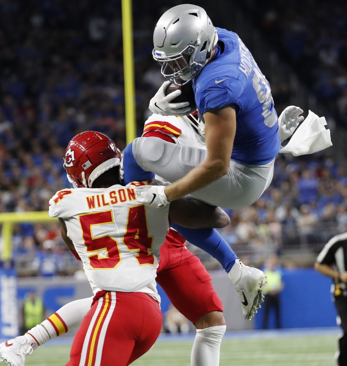 Chiefs score late, stay undefeated with 34-30 win over Lions
