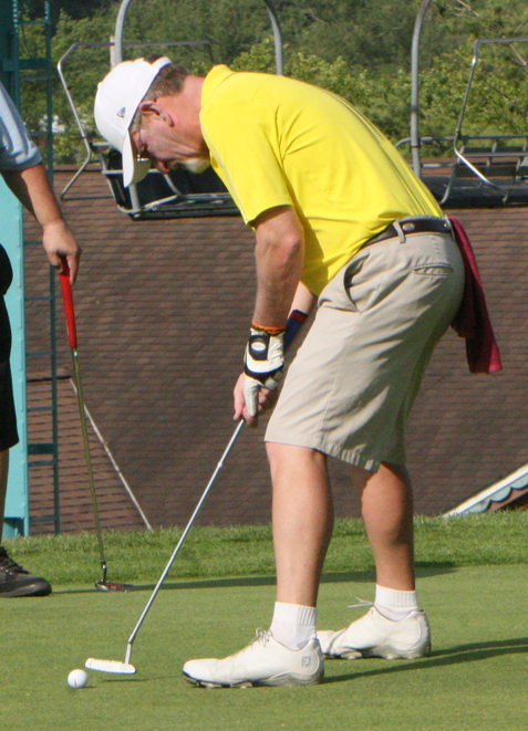 Tim Magnuson hits a putt. P-J photo by Scott Kindberg