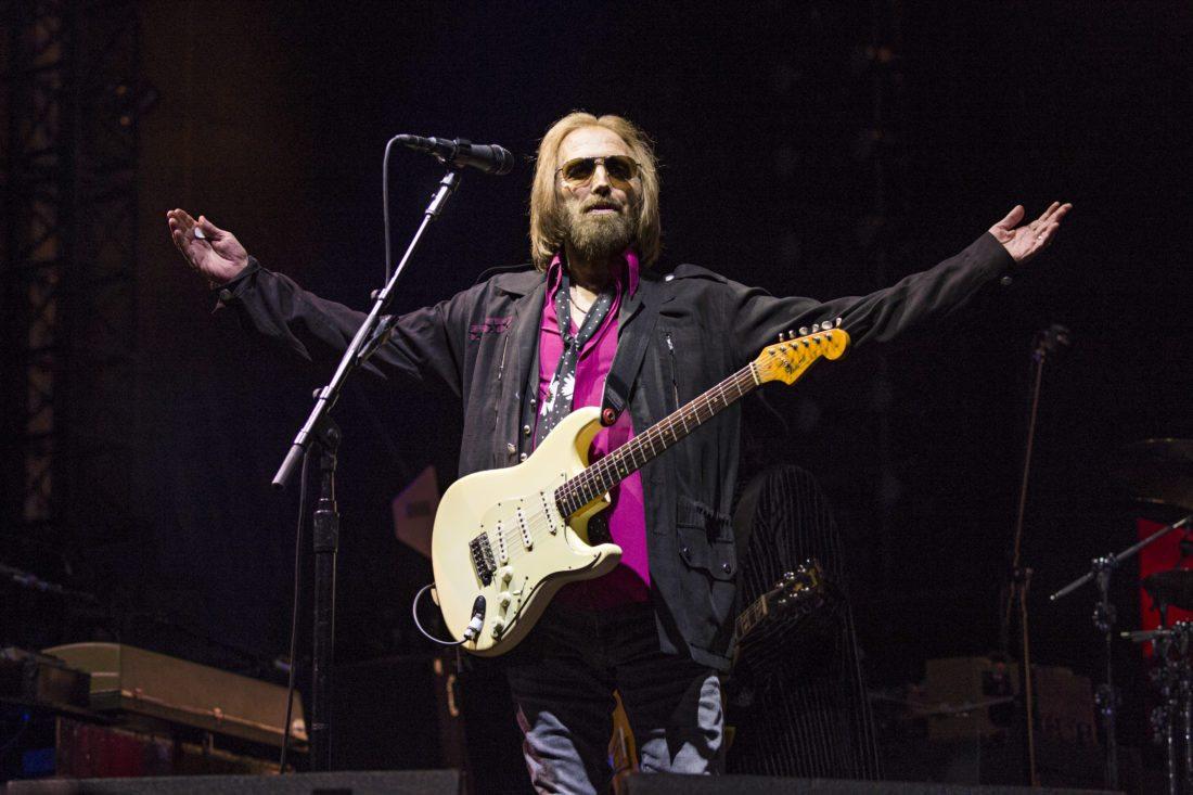 ARCHIVO – Tom Petty de Tom Petty and the Heartbreakers en KAABOO 2017 en San Diego, California en una fotografía de archivo del 17 de septiembre de 2017. Un vocero del Departamento de Policía de Los Angeles dijo que no tiene información sobre el estado de salud de Tom Petty y que los otros voceros de la policía no proporcionaron la información que CBS News usó para reportar que el rockero había fallecido el 2 de octubre de 2017. (Foto Amy Harris/Invision/AP, archivo)