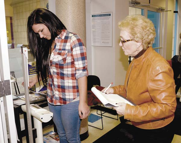 "020818...R FIT-WEIGH 3...Niles...02-08-18...Cait Gilger from Warren Family Mission's ""Heavy Decisions"" team, left, weighs-in at St. Joe's at the Mall as manager Shirley Lisk charts the weigh-in numbers...by R. Michael Semple"
