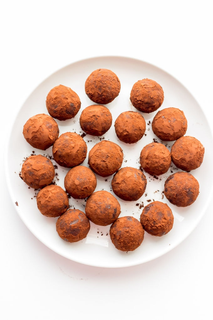 These Healthy Chocolate & Rum Balls are the perfect no-bake snack. They are easy to make, protein-packed and perfect either as a dessert or a post-workout lunch. Ready under 15 minutes, they are also paleo, vegan, gluten-free and dairy-free | onecleverchef.com