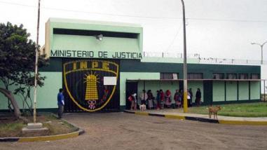 Colocan bloqueadores de celular en penal de Huaral