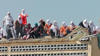 Presos se amotinan y toman rehenes en una cárcel del sur de Brasil