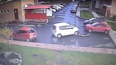 YouTube: inexperto conductor provoca tres choques en menos de un minuto