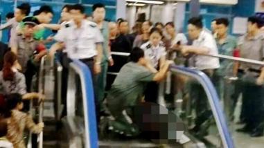 China: Niño de cuatro años muere atrapado en escalera eléctrica