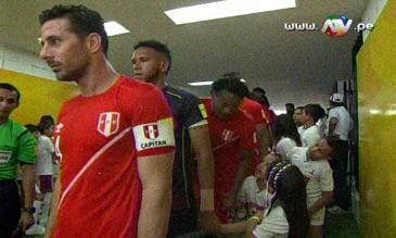 Claudio Pizarro es titular y le sacó la cinta de capitán a Carlos Lobatón