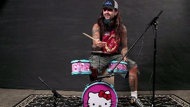 Hello Kitty: baterista metal fue retado a tocar batería de juguete