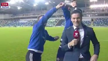 YouTube: clasificaron a la Eurocopa y bañaron a reportero con cerveza