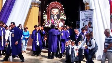 Señor de los Milagros: fervor en niños trujillanos durante procesión