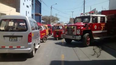 Choferes imprudentes obstruyen labor de Bomberos en Pisco