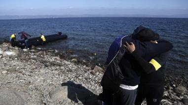 Hallan muerto a un bebé en una lancha con refugiados en Lesbos