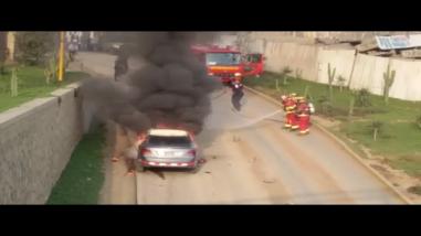 Auto se incendia en San Juan de Lurigancho