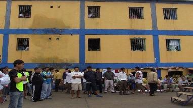 Chiclayo: reos arman motín en techo  de penal de Picsi luego de incendio