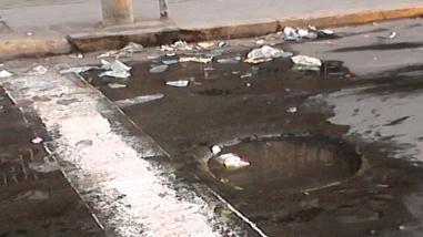 Comerciantes reclaman por afloramiento de aguas servidas en centro de abastos