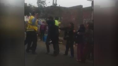 Cobrador de combi pelea con municipal y policía