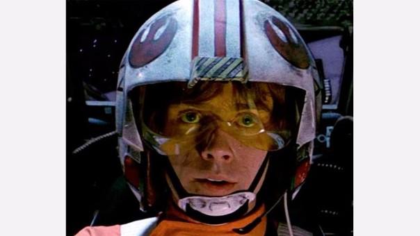 Luke Skywalker portando en su casco el logo de la Alianza Rebelde.