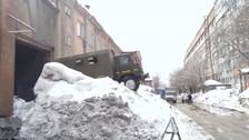 YouTube: temporal de nieve provoca que camión padezca para salir de su cochera