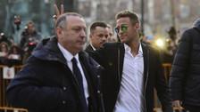 YouTube: Neymar se mostró relajado tras declarar y hasta regaló autógrafos