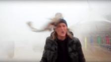 YouTube: le cae pez en la cara cuando informaba sobre tormenta