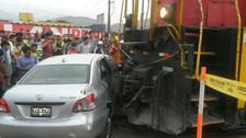 Mujer salva de morir tras chocar su auto contra tren en Huachipa