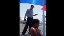 Denuncian discriminación en playa Asia por el color de sombrilla