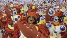 Brasil deja sus crisis de lado para entregarse al carnaval