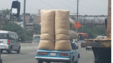 Auto carga costales de maíz en Surco