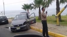 Barranco: auto choca contra alumbrado público y deja dos heridos