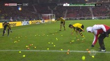 YouTube: hinchas del Borussia Dortmund tiraron pelotas a la cancha en protesta (VIDEO)