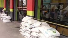 Con sacos de arena protegen locales ante posibles inundaciones por El Niño
