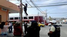 Retiran propaganda de postes eléctricos en el centro de Chiclayo