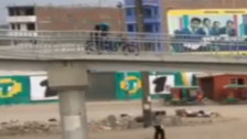 Video: motociclista usa puente peatonal para cruzar vía en la Panamericana Norte