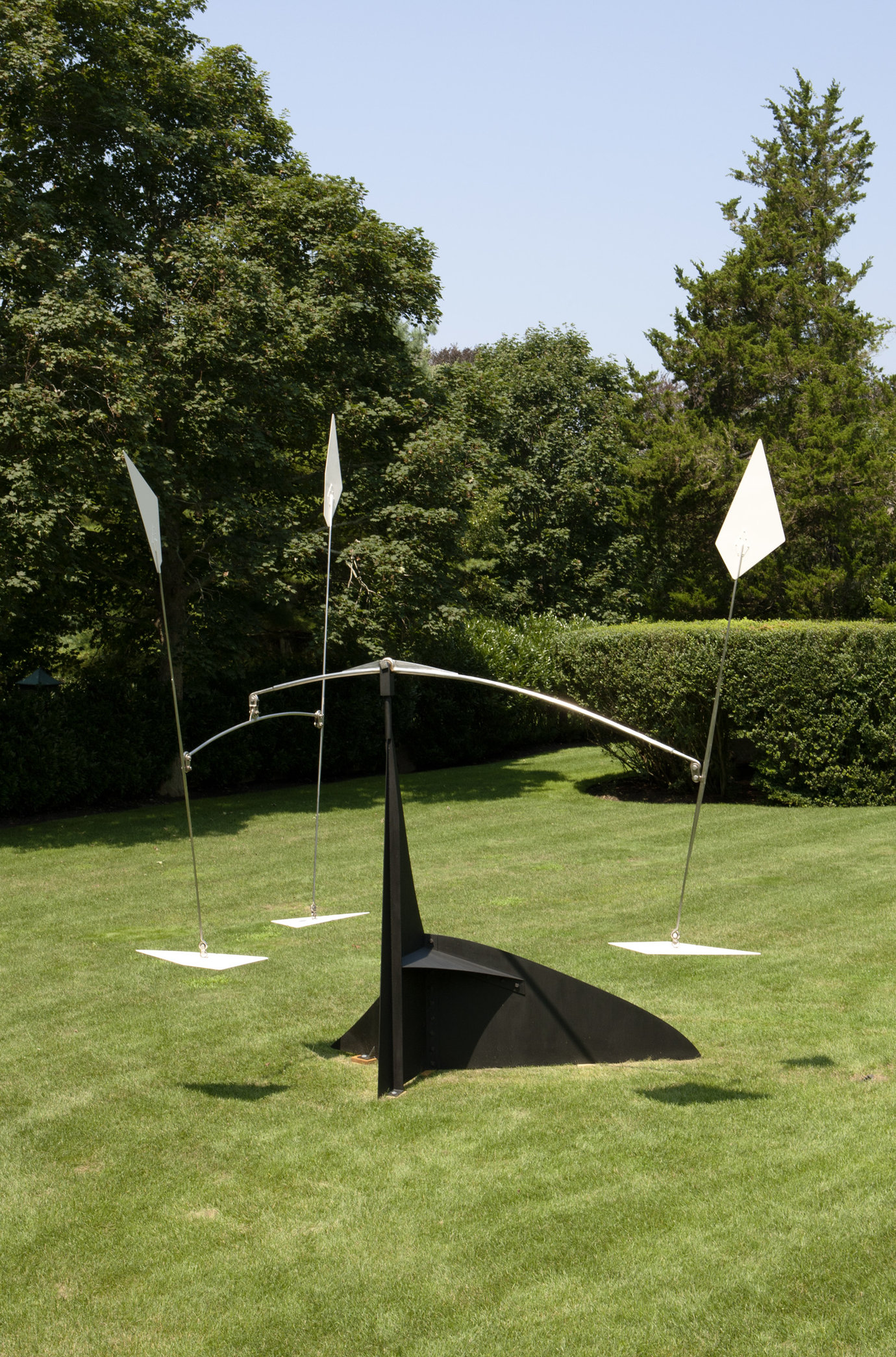 ". Sheet metal and paint, 16&apos; 6"" x 14&apos; 1"" x 9&apos; 9"" (502.9 cm x 429.3 cm x 297.2 cm)."