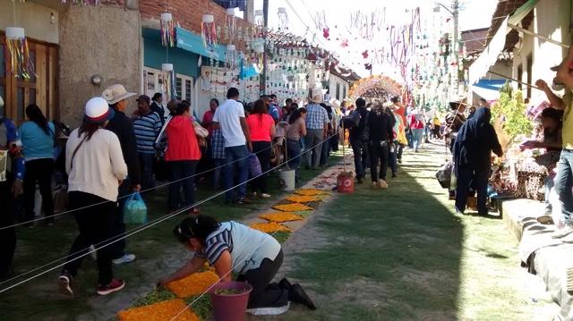 Preparando los tapetes fiesta de cristo rey en patamban